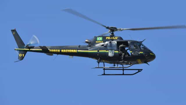 Tripulantes de helicóptero que caiu ao mar no Rio resgatados