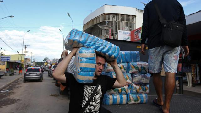 Venezuelanos procuram mantimentos no Brasil antes do fecho da fronteira