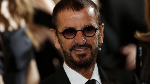 Ex-Beatles Ringo Starr e ator Hugh Laurie condecorados por Isabel II