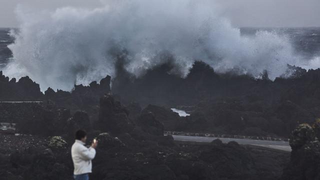 Depressão Júlia afeta ligações aéreas nos Açores e encerra um porto
