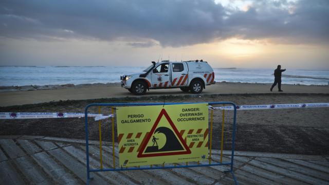 Forte agitação marítima obriga a corte da avenida D. Carlos I