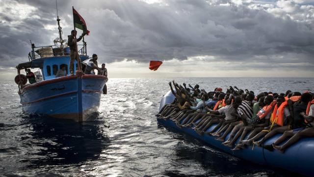 Pelo menos 126 migrantes desaparecidos após naufrágio no Mediterrâneo