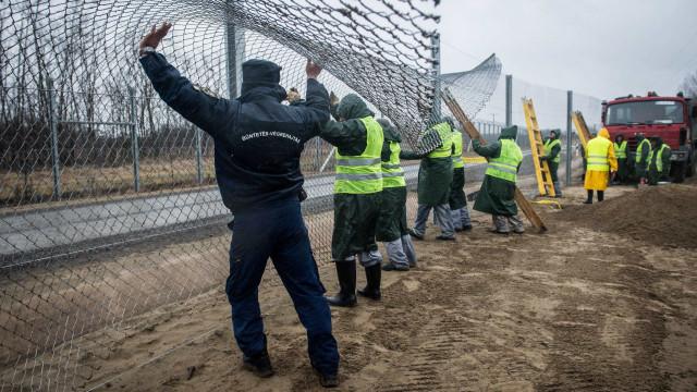 Hungria aprova detenção automática de migrantes que entram no país