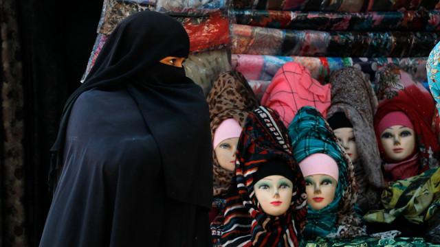 Bélgica condenada por impedir entrada de mulher coberta numa audiência