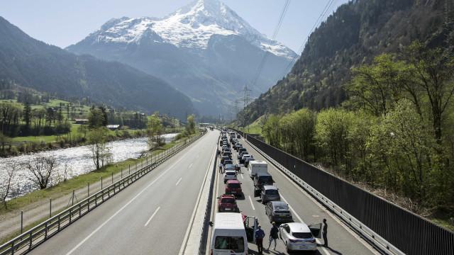 Colisão frontal em túnel nos Alpes suíços faz dois mortos