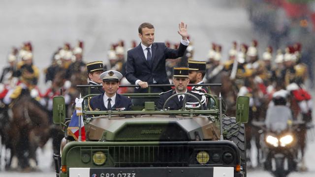 Macron percorreu Campos Elísios e homenageou soldado desconhecido