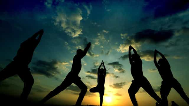 Pais e filhos aprendem yoga juntos na biblioteca de Angra do Heroísmo