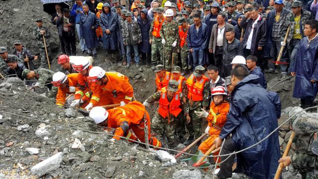 Encontrados 15 mortos em derrocada que causou mais de 100 desaparecidos