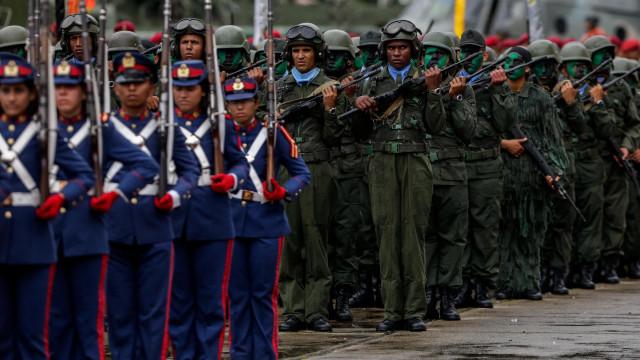 """Forças Armadas da Venezuela declaram """"irrestrita lealdade"""" a Maduro"""