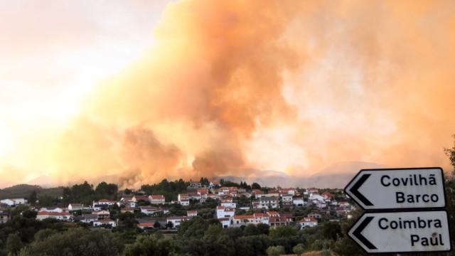Dezasseis meios aéreos e quase 500 bombeiros combatem fogo da Covilhã