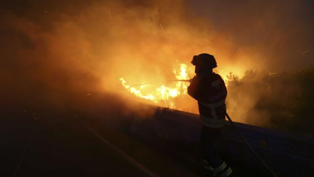 Mais de 500 operacionais combatem incêndio na Sertã