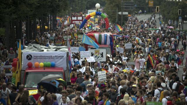 Milhares marcham em Berlim após legalização de casamento homossexual