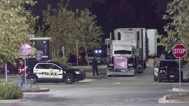 Quatro pessoas encontradas vivas no camião estacionado com migrantes