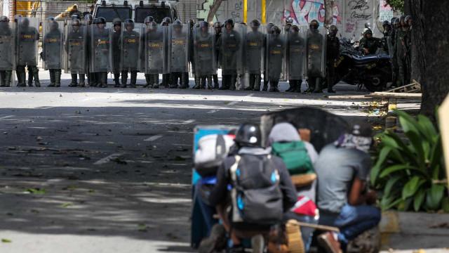 Venezuelanos param Caracas em segundo dia de greve após confrontos