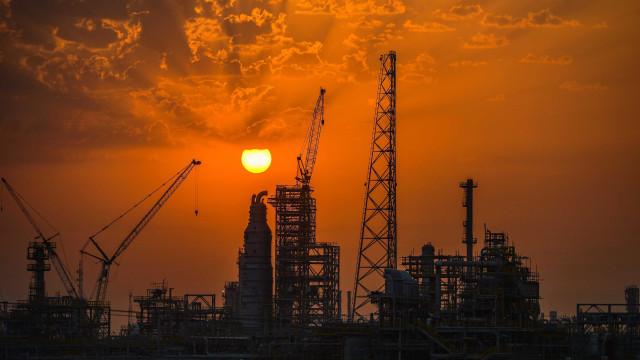OPEP e outros produtores de petróleo prometem manter redução na produção