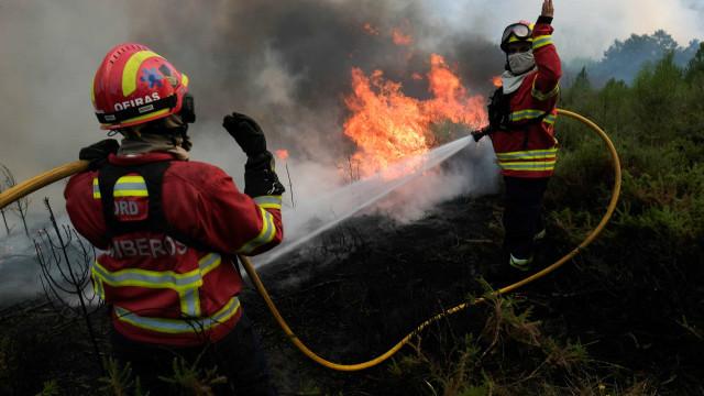 País (outra vez) a arder. Mais de 1.300 operacionais combatem fogos