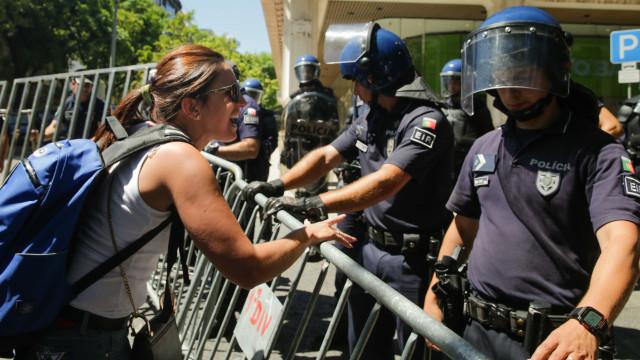 Emigrantes e lesados do BES levantam e empurram grades contra a polícia