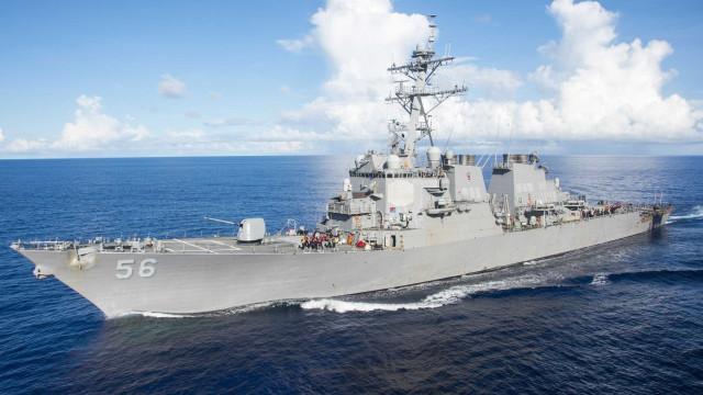 Pelo menos 10 marinheiros desaparecidos e cinco feridos