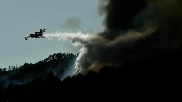 """Parte dos meios aéreos """"não utiliza agentes extintores"""" no combate"""