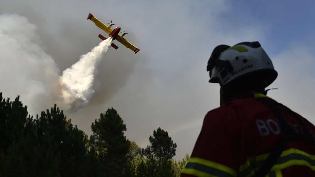 Quatro incêndios ativos. Dois Canadair acionados