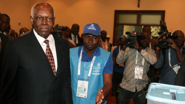 José Eduardo dos Santos na primeira reunião do Conselho de Angola
