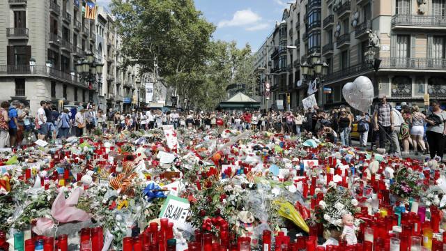 Reforço de agentes e de obstáculos móveis em Barcelona