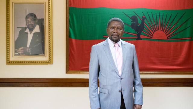 """Líder da UNITA lamenta que restos mortais de Savimbi """"continuem presos"""""""