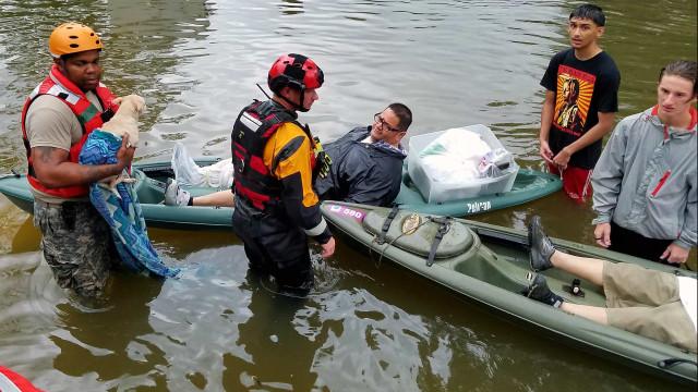 Ordem de evacuação do sul de Houston devido a brechas em dique