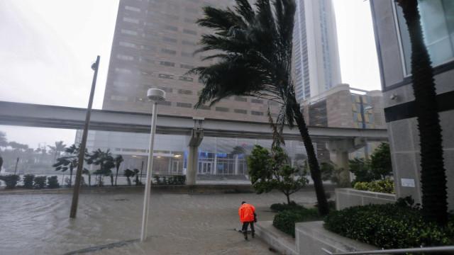 Caos em Miami. Milhares de pessoas sem luz e ruas inundadas