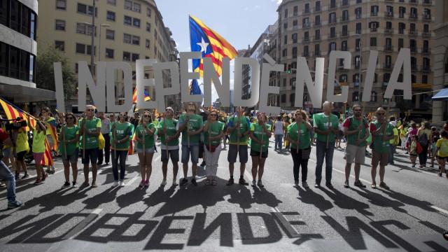 Constitucional suspende lei para converter a Catalunha numa república
