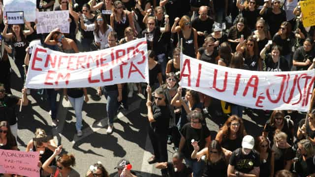 Milhares de enfermeiros concentram-se frente ao Parlamento