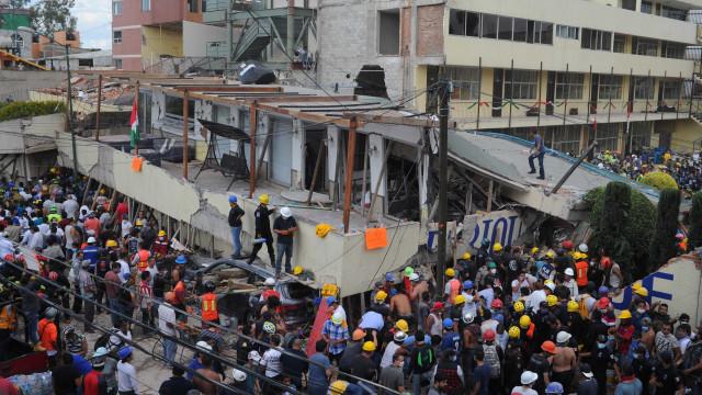 Equipas de salvamento escavam escombros em busca de sobreviventes