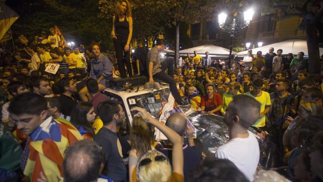 Milhares rodearam instalação autonómica tentando impedir saída de agentes