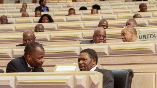 Líder da UNITA deixa parlamento angolano