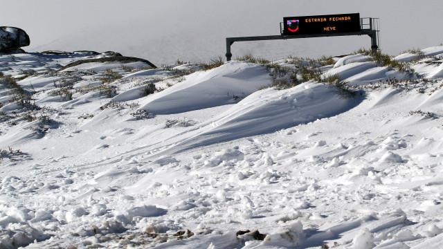 Neve impede circulação na Serra da Estrela