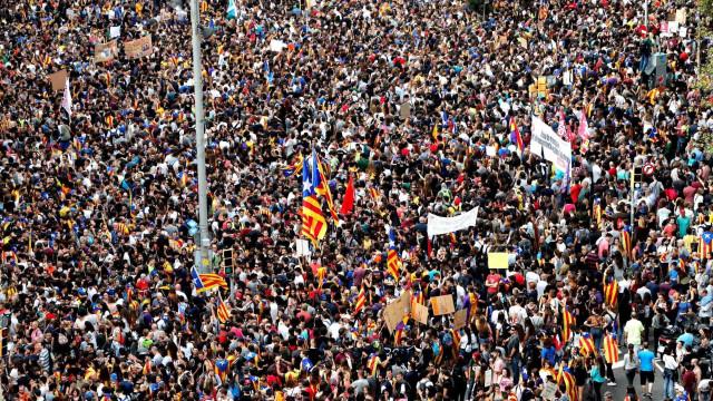Dezenas de milhares em Barcelona manifestam-se contra repressão