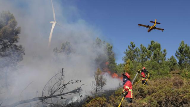 Cinco meios aéreos combatem fogos no Coimbrão, Leiria