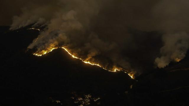 Mais de mil operacionais combatem fogos em quatro distritos