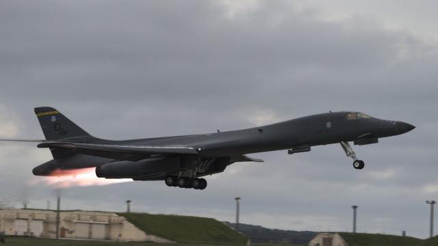 EUA enviam bombardeiros para península coreana, antes da visita de Trump