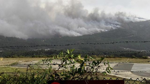 Onze incêndios florestais ativos na Galiza, três ameaçam povoações