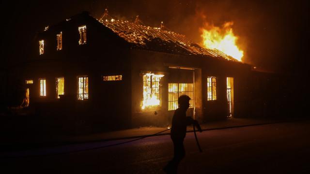 Os Verdes exigem reposição definitiva dos postes que arderam em 2017