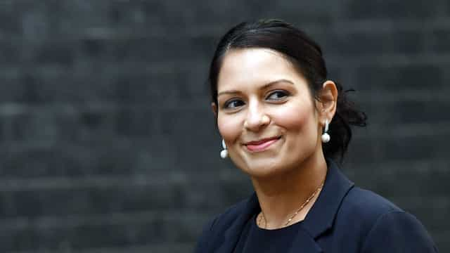 Ministra britânica demite-se após notícia de encontros secretos