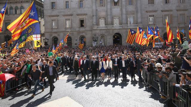 """Puigdemont recusa afastamento e pede """"oposição democrática"""""""