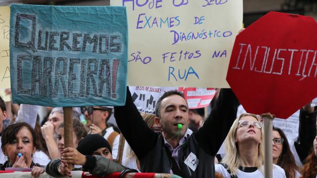Técnicos de diagnóstico e terapêutica iniciam greve e fazem manifestação