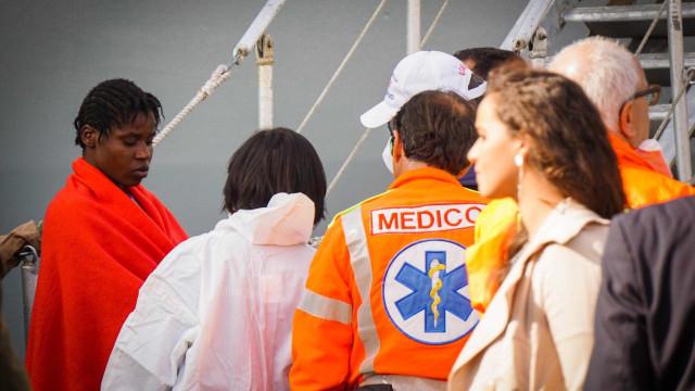 Mais de mil migrantes resgatados no mar pelas autoridades italianas