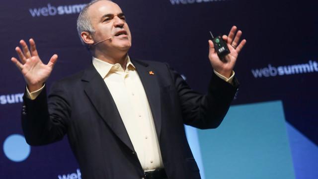 Inteligência Artificial facilita mas também cria problemas, diz Kasparov