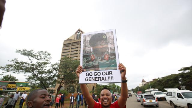 Multidão pede saída de Mugabe nas ruas da capital do Zimbabué