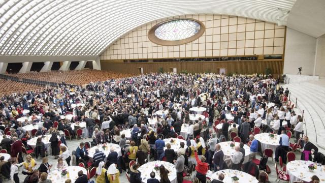"""Papa almoça com 1.500 pobres e rejeita """"indiferença"""" face à pobreza"""
