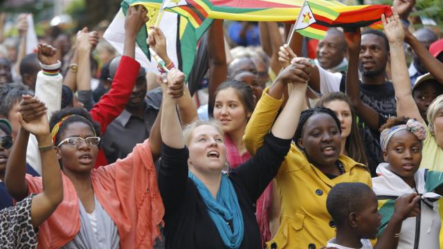 Populares recebem em euforia anúncio da demissão de Mugabe