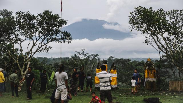 Alerta máximo devido a erupção de vulcão em Bali, aeroportos encerrados